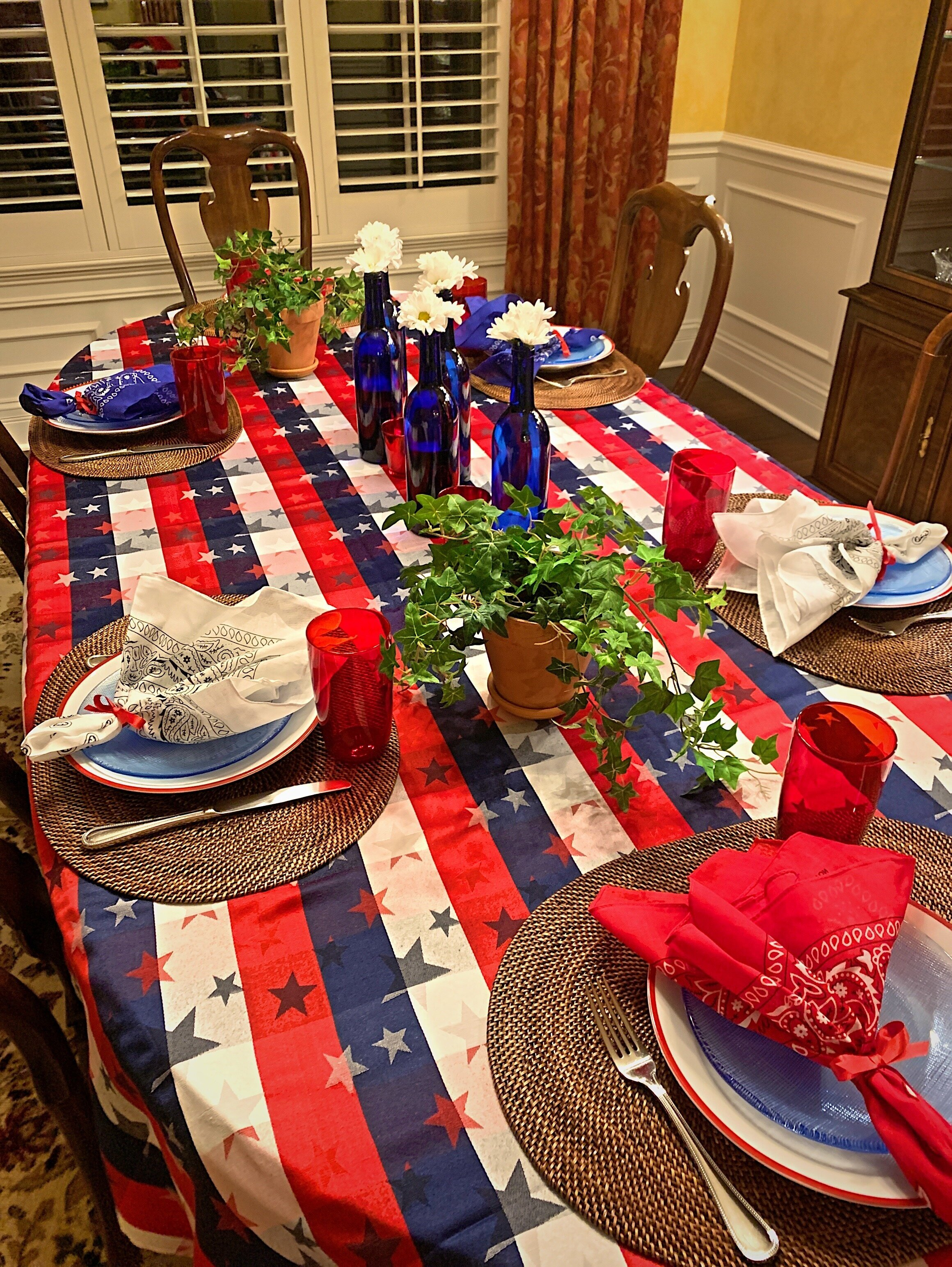 this is a great red, white and blue tablescape.  Use it for Memorial Day, the Fourth of July or Labor Day.