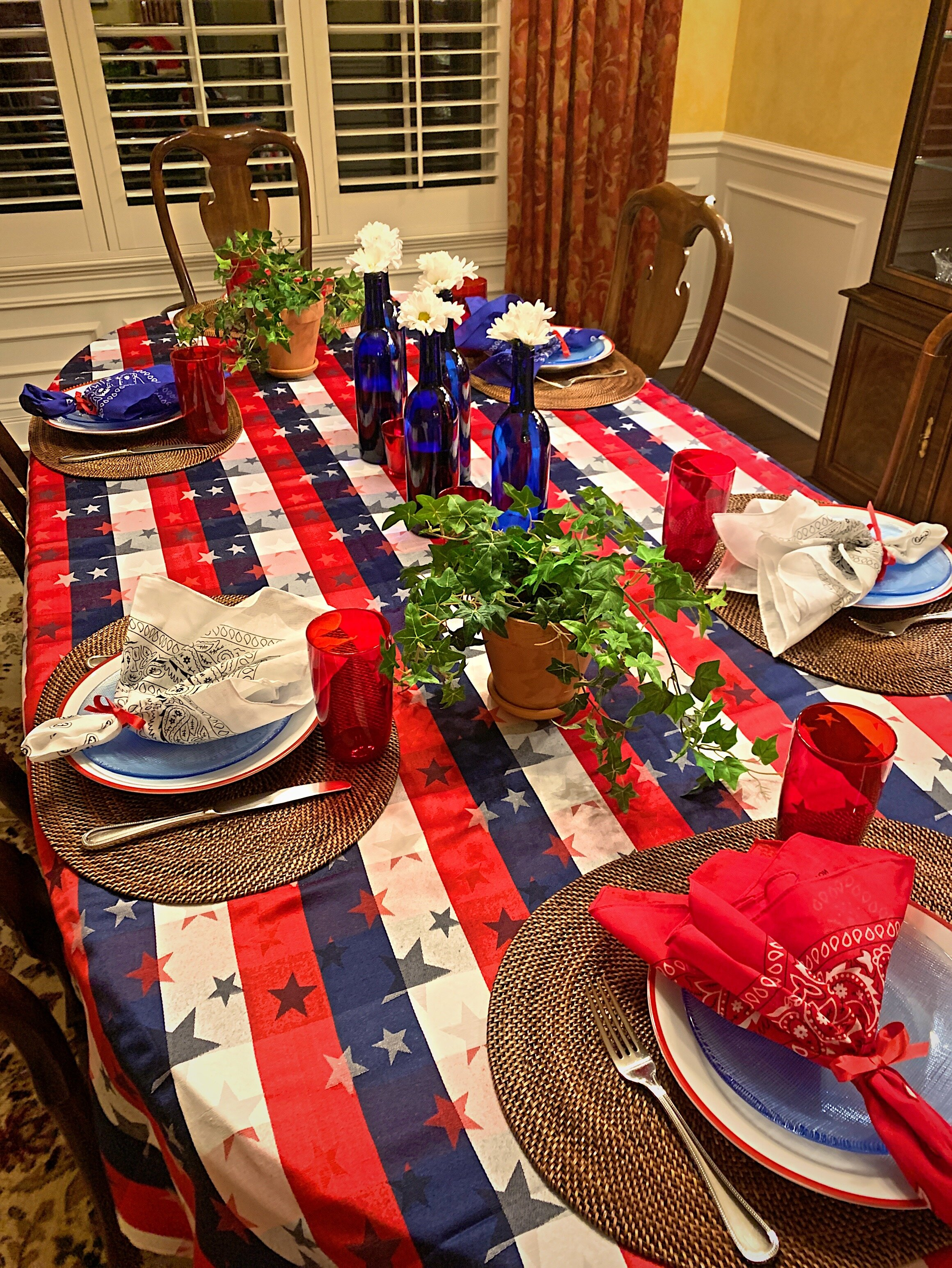 the finished red, white and blue table setting using red, white and blue bandanas, blue bottles and green ivy.  So freh and festive!